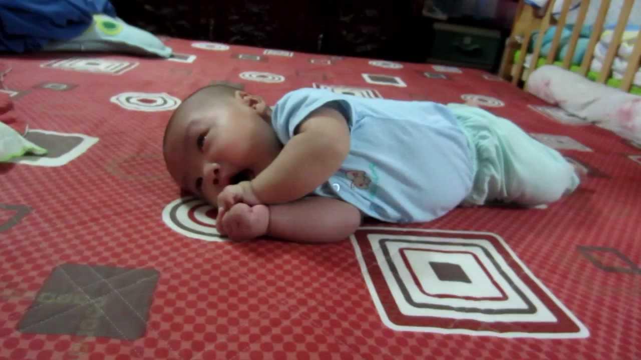 Trẻ 3 tháng tuổi bắt đầu biết lẫy