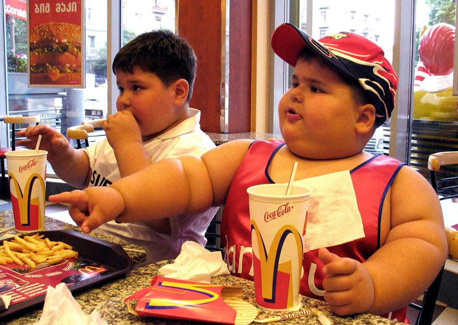 Ăn uống quá nhiều đồ ăn nhanh dễ gây ra việc trẻ thừa cân béo phì