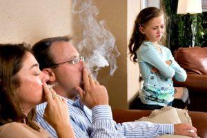Khói thuốc lá là nguyên nhân khiến trẻ bị ho kéo dài