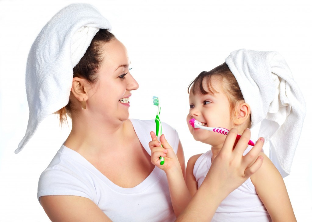 Bố mẹ nên vệ sinh răng miệng thường xuyên cho trẻ - chăm sóc răng miệng cho trẻ.